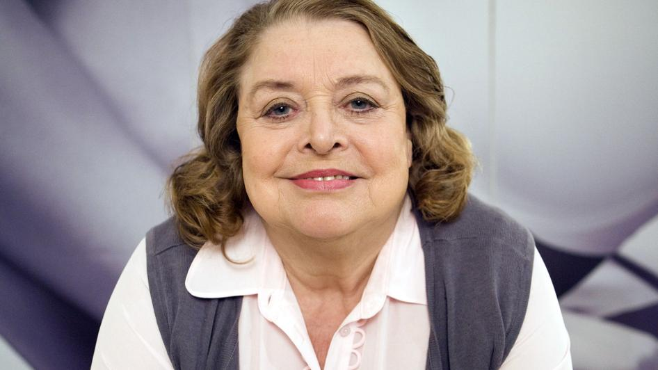 Lynda Baron! It would be enough to have her appear, but to let her seed that whole Doctor and Craig as partner/companion conversation/confusion is lovely. - dw-6-12-lynda-baron